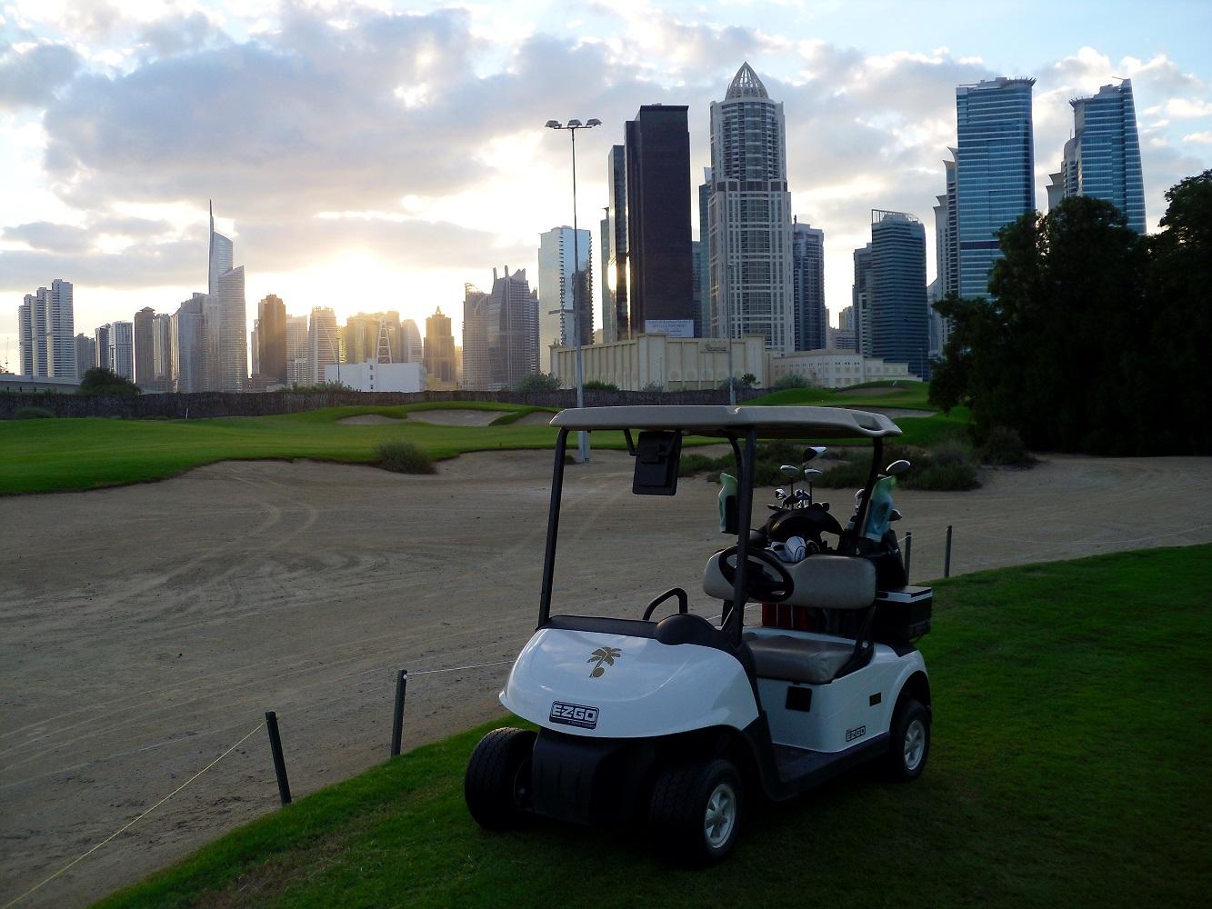Beim Flutlichtgolfen kann man die beeindruckende Skyline Dubais im Hintergrund begutachten.