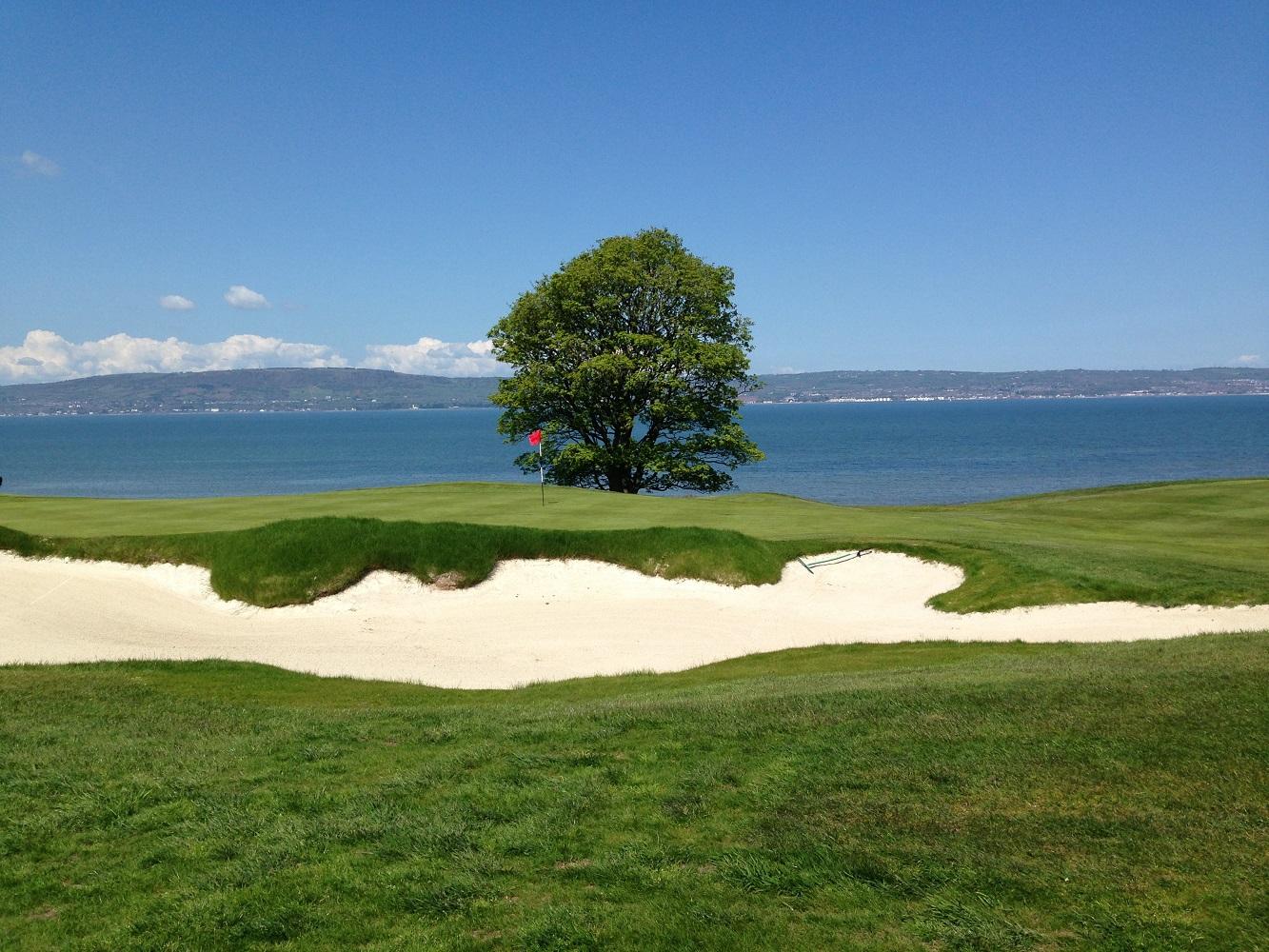 Der Golfplatz Royal Belfast mit Blick auf die Irische See.
