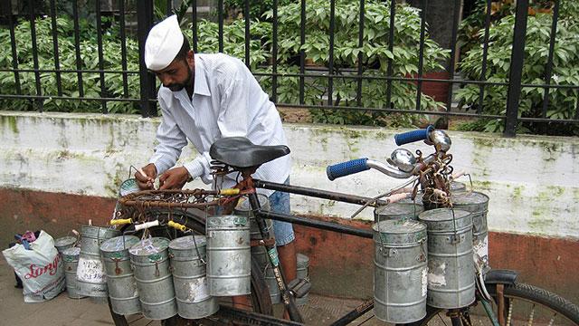 Ein Dabbawala bei der Arbeit