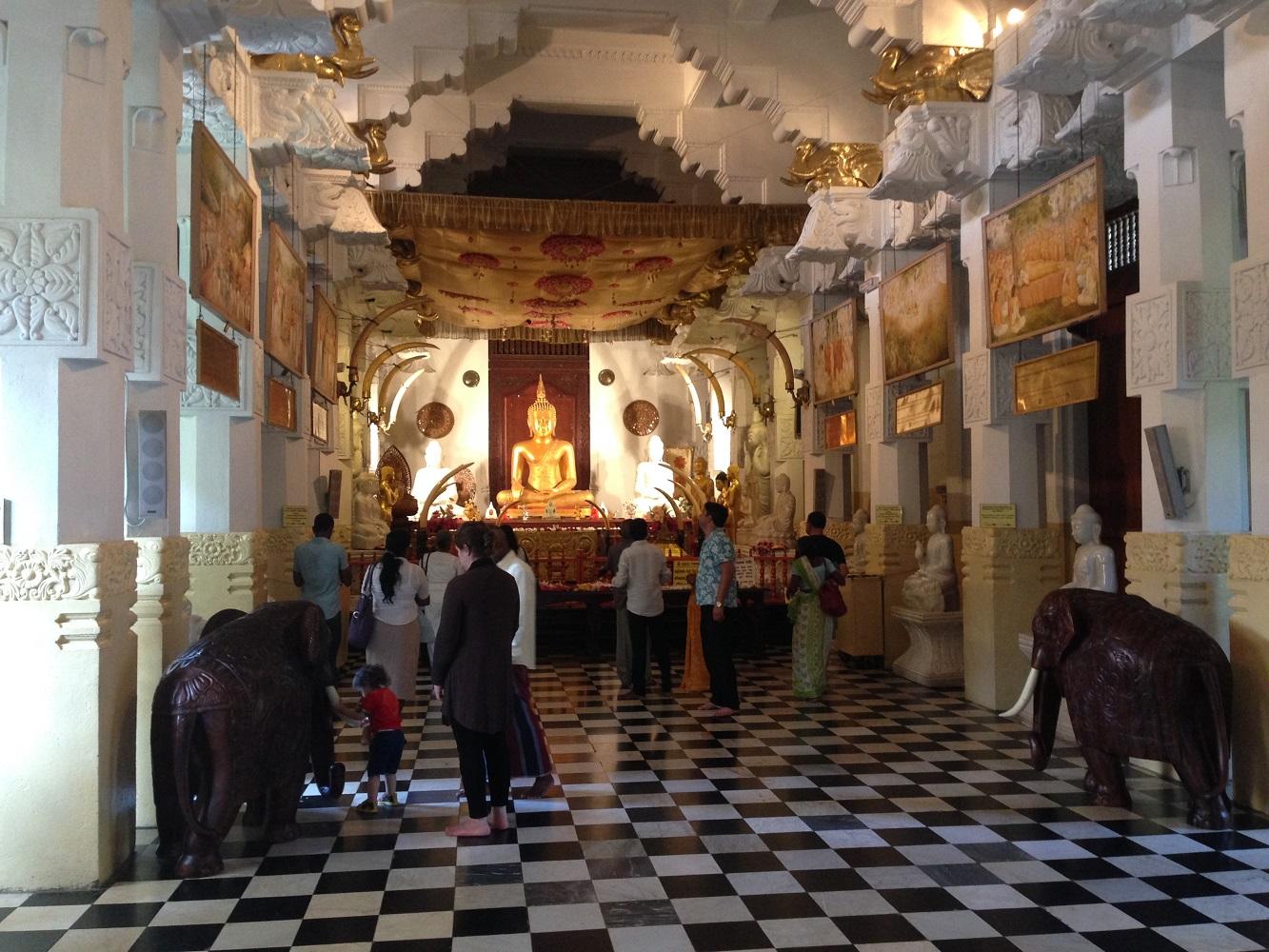 Buddhas Eckzahn wird prachtvoll aufbewahrt im Zahntempel von Kandy.