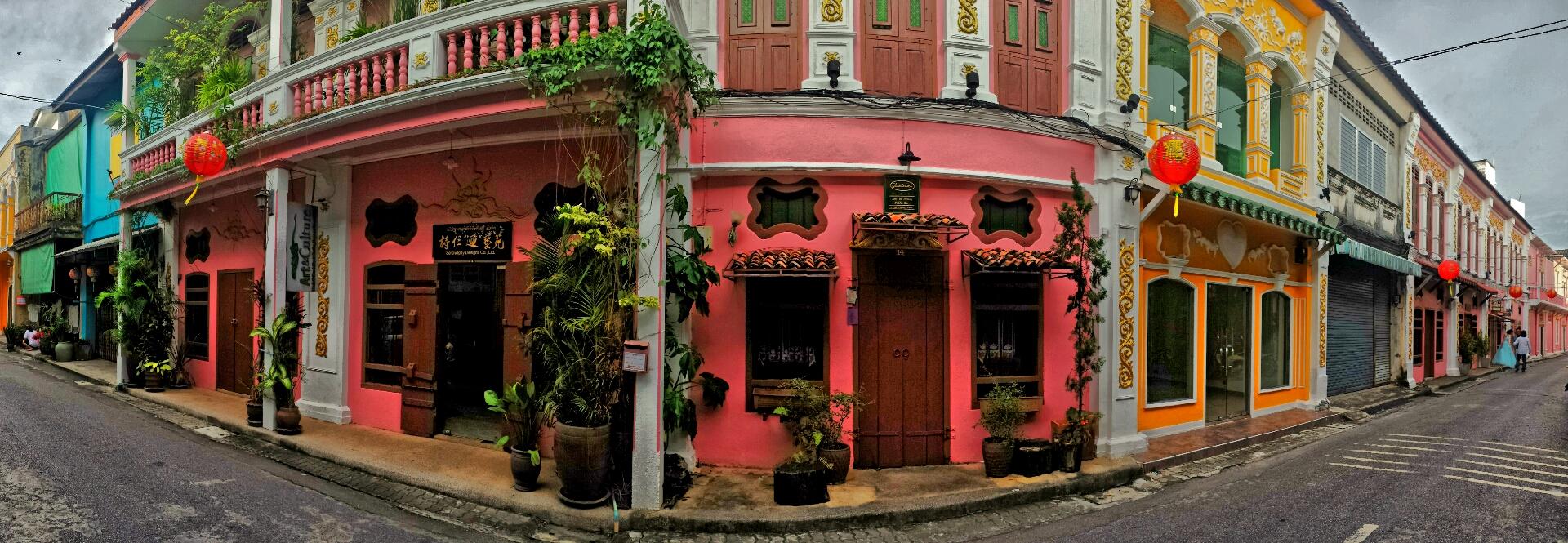 Bunter Stilmix in den Straßen von Phuket-Stadt