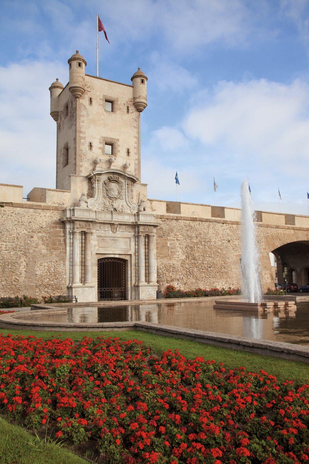 Das Eingangstor zur Altstadt in Cádiz