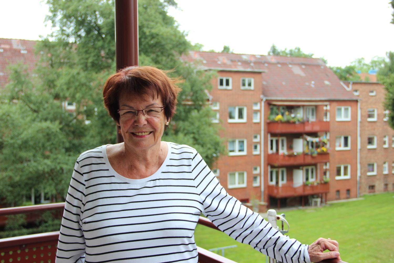 Frau Malmström am heimischen Balkon