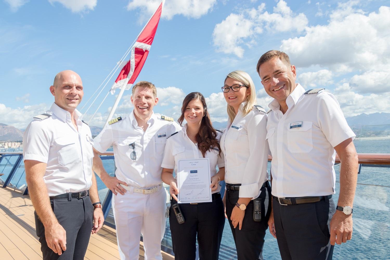 Mein Schiff Urlaubsheldin Svenja Bongard mit ihren Vorgesetzten