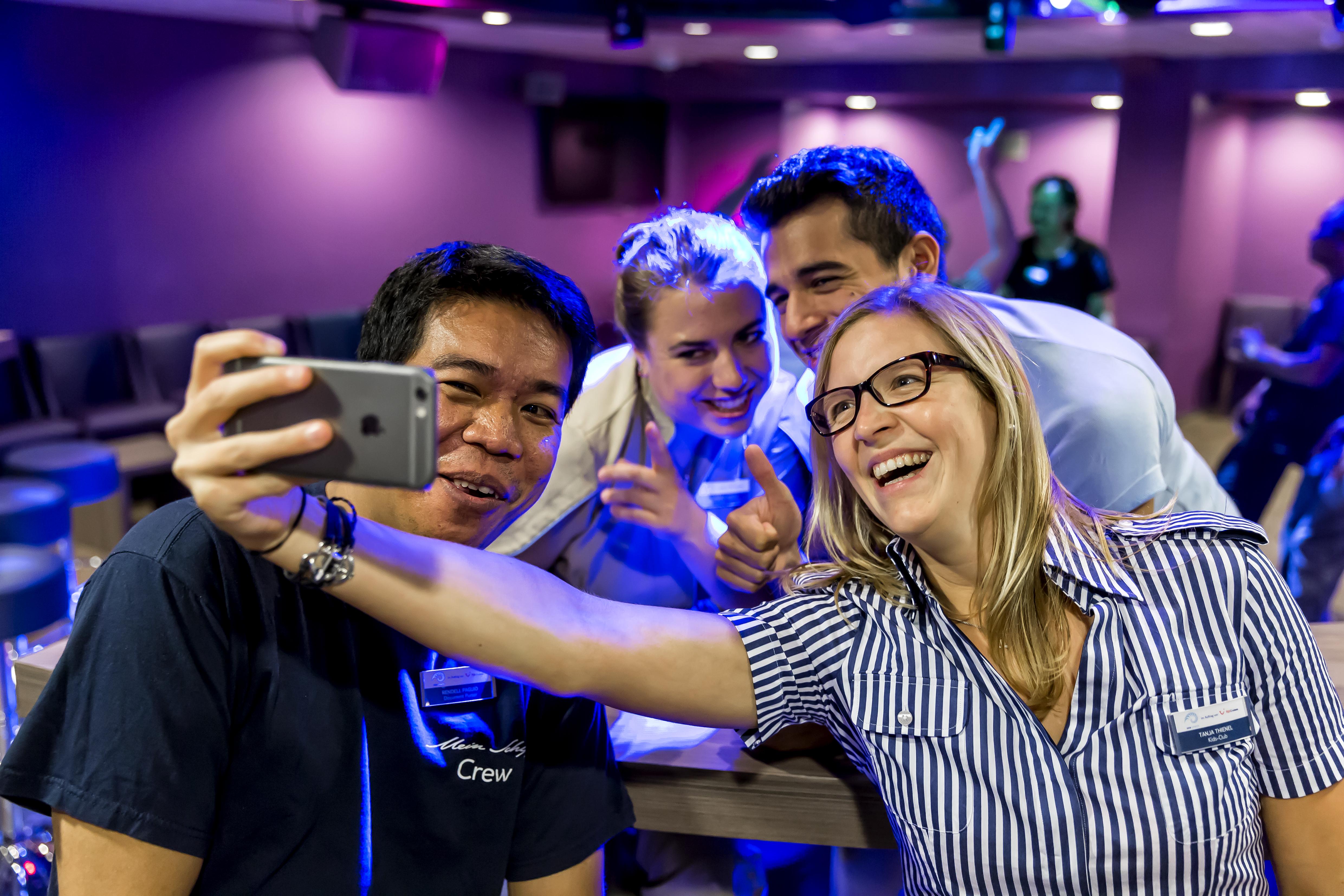 Feiern in der Crew Bar der Mein Schiff