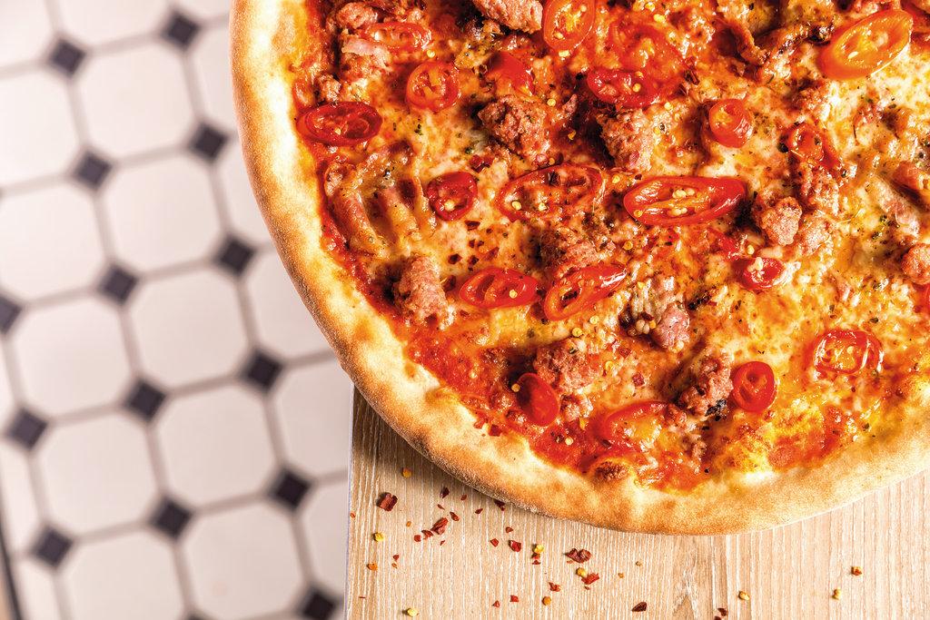 Scharf und lecker: Die Pizza mit Salsiccia, Speck, Chili