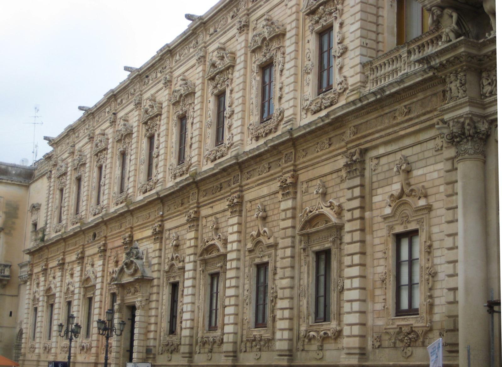 Goldgelbe Kalksteinfassaden in Lecce