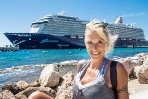 Mein Schiff Urlaubsheldin Heidi Matter vor dem Schiff