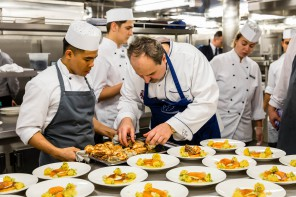 Video: Mit Starkoch Johann Lafer hinter den Kulissen der Mein Schiff Küche