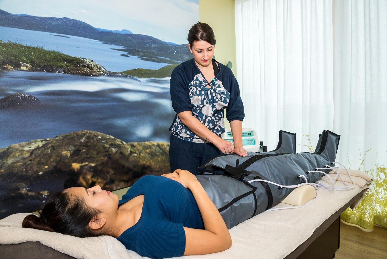Lymphdrainage mit Luftdruck-Massagenhose auf der Mein Schiff