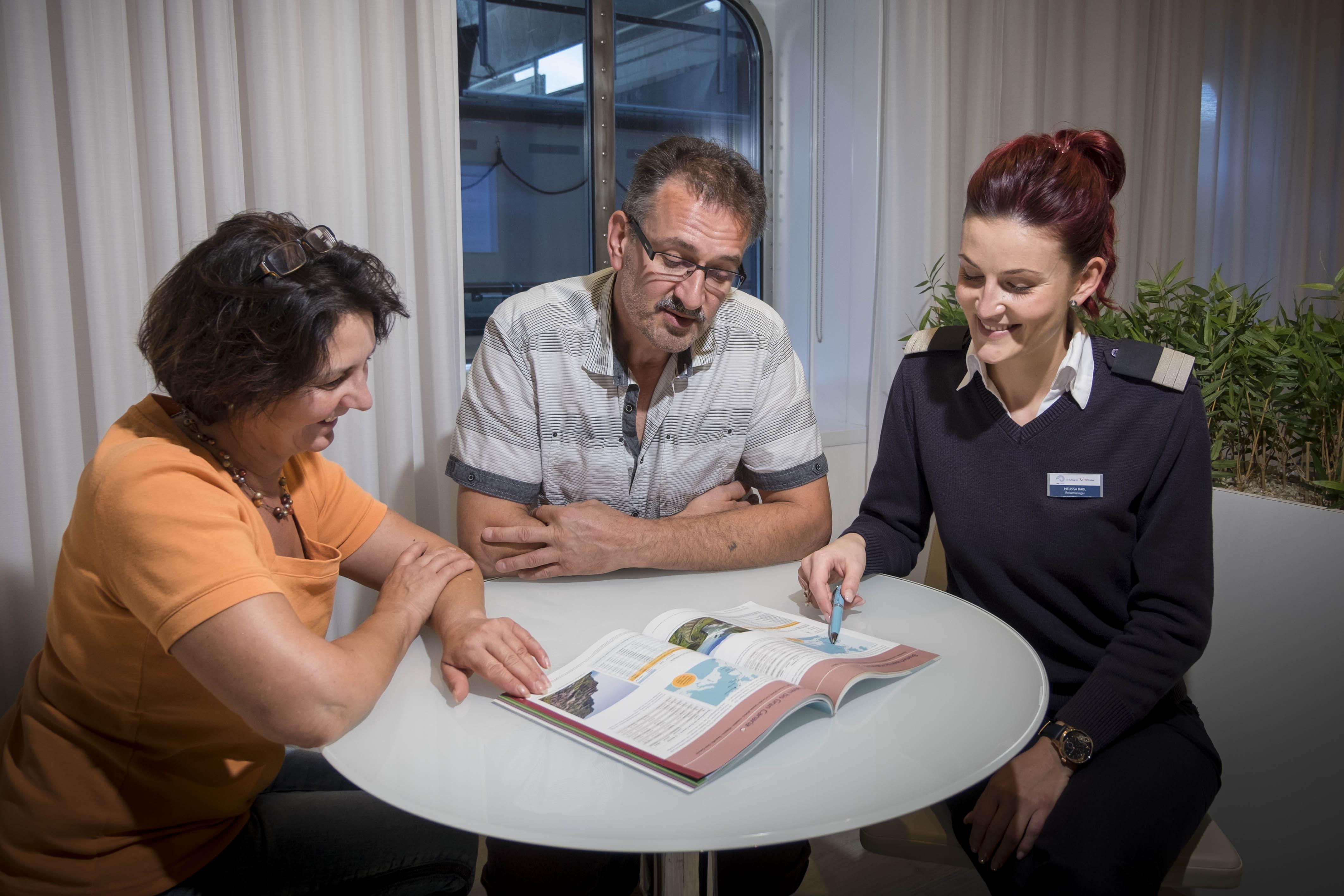 Mein Schiff Reisemanagerin Melissa Rabl im Gespräch mit Kunden