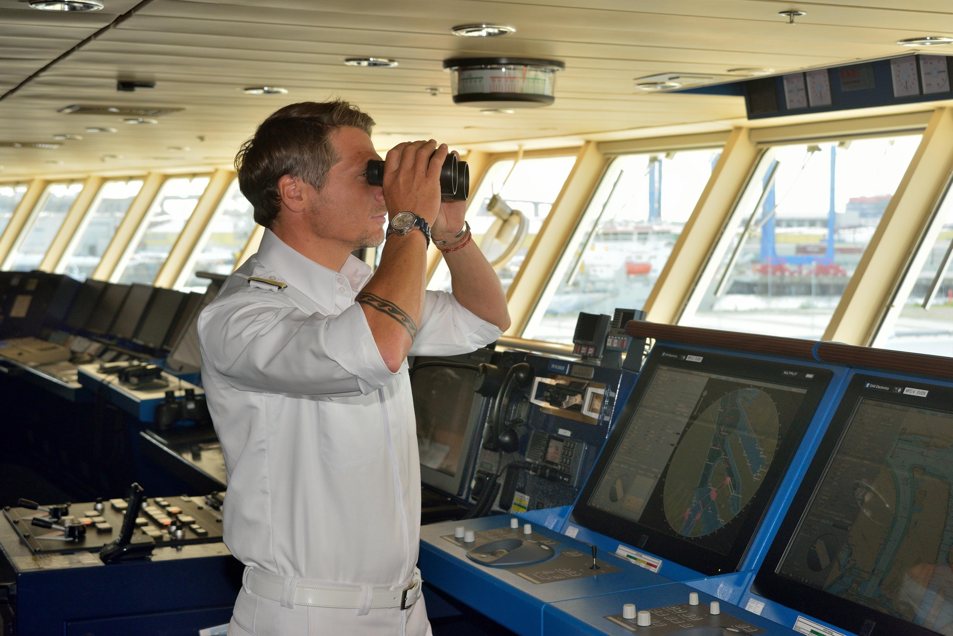 Mein Schiff Kapitän Tobias Pietsch auf der Brücke