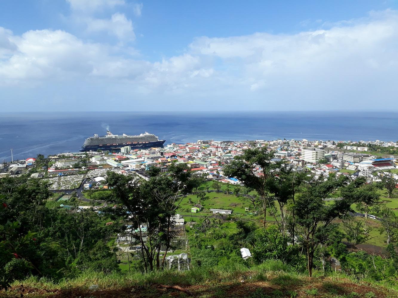 Die Mein Schiff gesehen vom Morne Bruce Aussichtspunkt  auf Dominica
