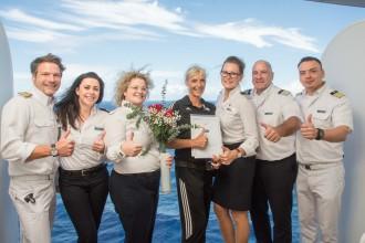 Die Mein Schiff Urlaubsheldin Heidi Matter mit Ihren Vorgesetzten