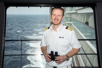 Mein Schiff Kapitän Simon Böttger auf der Nock