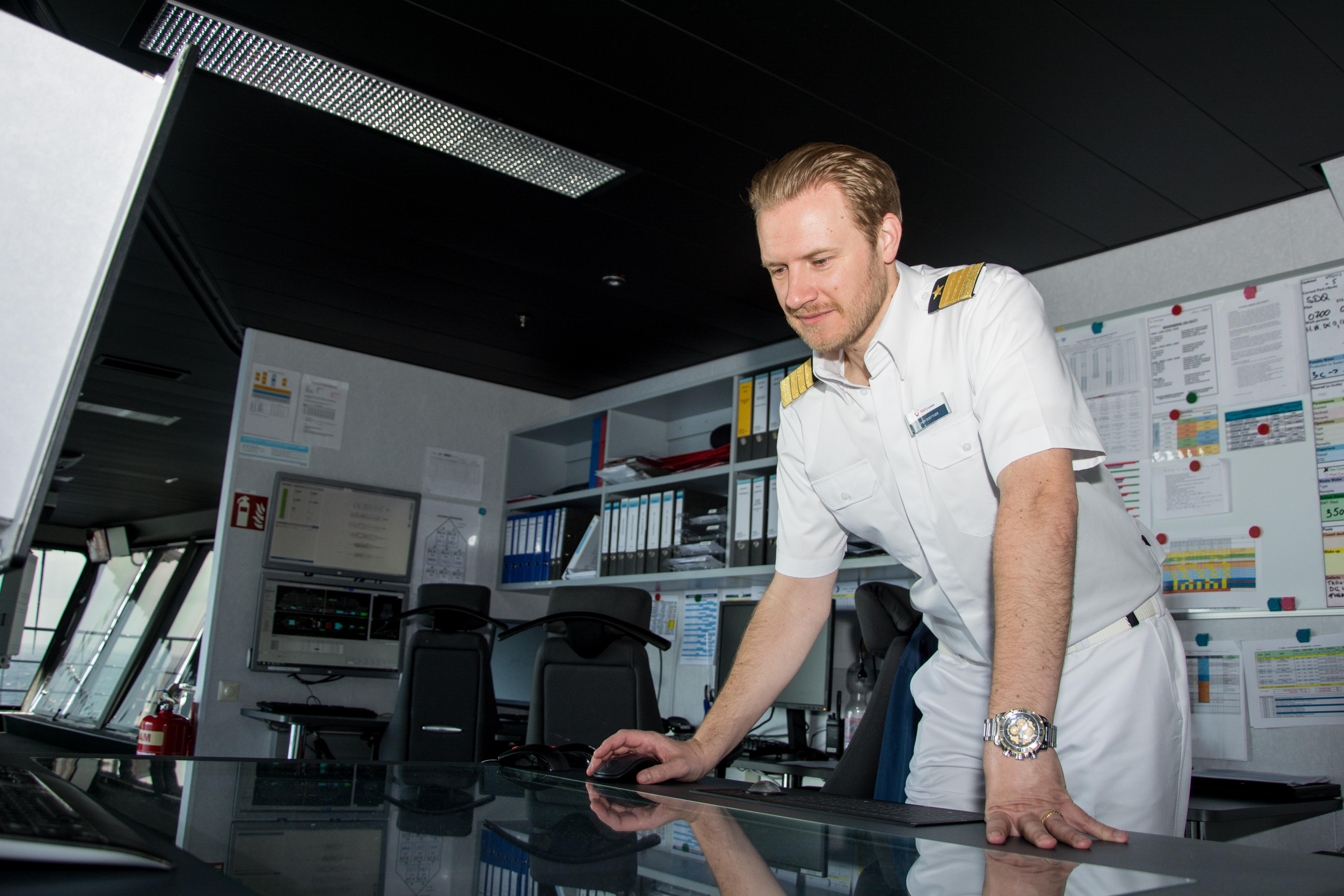 Routenplanung gehört zum Job eines Kapitäns von TUI Cruises