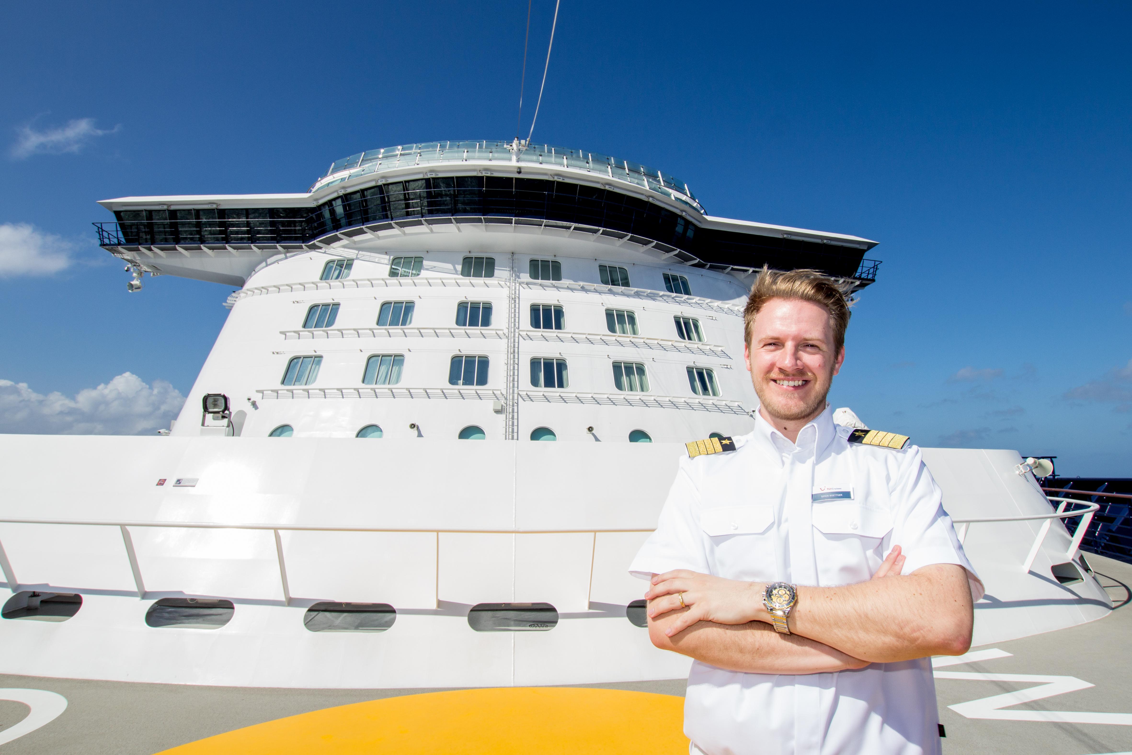 Da oben auf der Brücke arbeitet Mein Schiff Kapitän Simon Böttger mit seinem Team