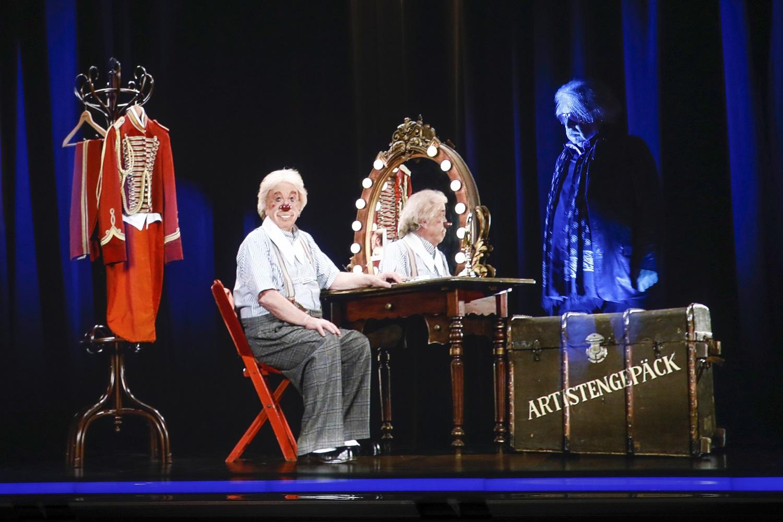 Bernard Paul trifft sich selbst auf der Hologrammbühne der Mein Schiff 6