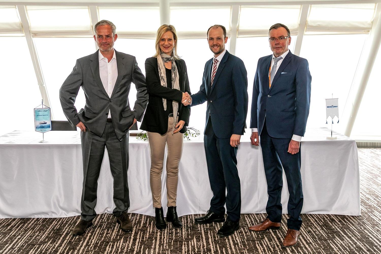 Bei der Übergabe der neuen Mein Schiff 1: Frank Kuhlmann, Wybcke Meier CFO und CEO von TUI Cruises, Dr. Jan Meyer, Geschäftsführer der Meyer Werft Turku und Tapani Pulli, Deputy CEO Meyer Turku (v.l.n.r.)