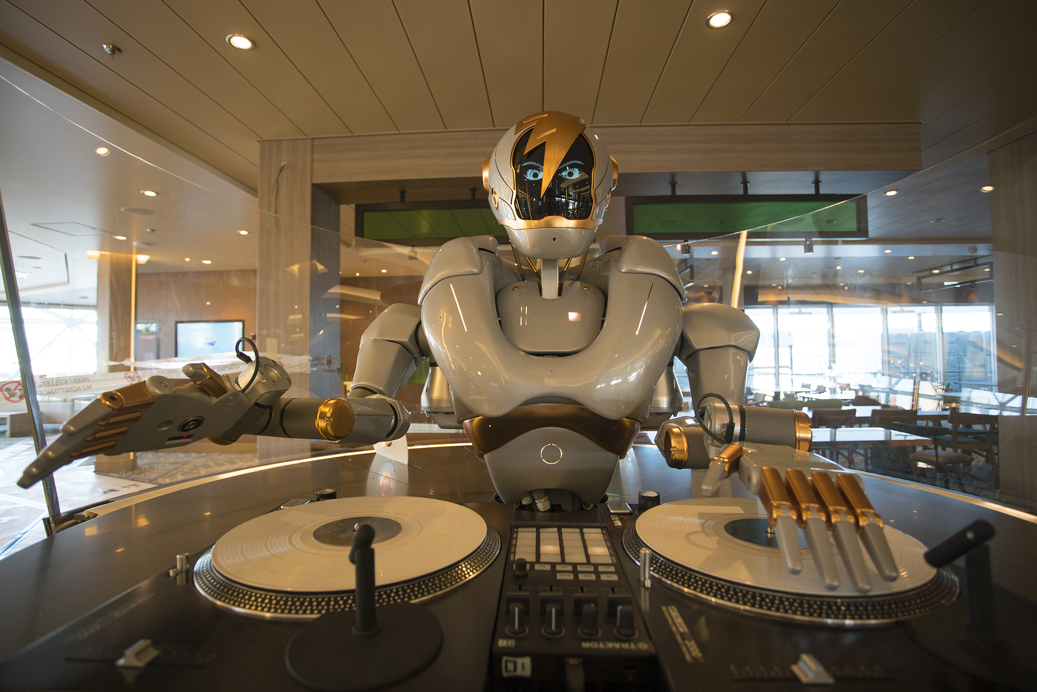 DJ Rob in der Großen Freiheit auf der neuen Mein Schiff 1