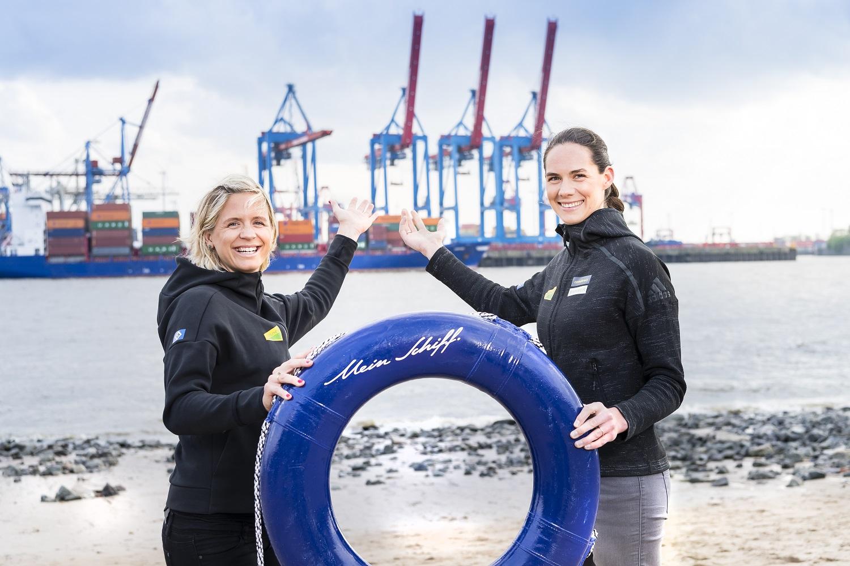 Die Taufpatinnen der neuen Mein Schiff 1 von TUI Cruises zeigen den Taufort