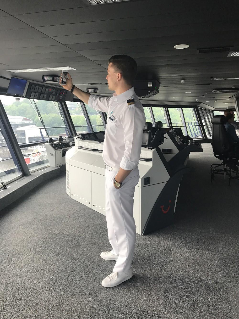 Officer Phil auf der Brücke der Mein Schiff 1