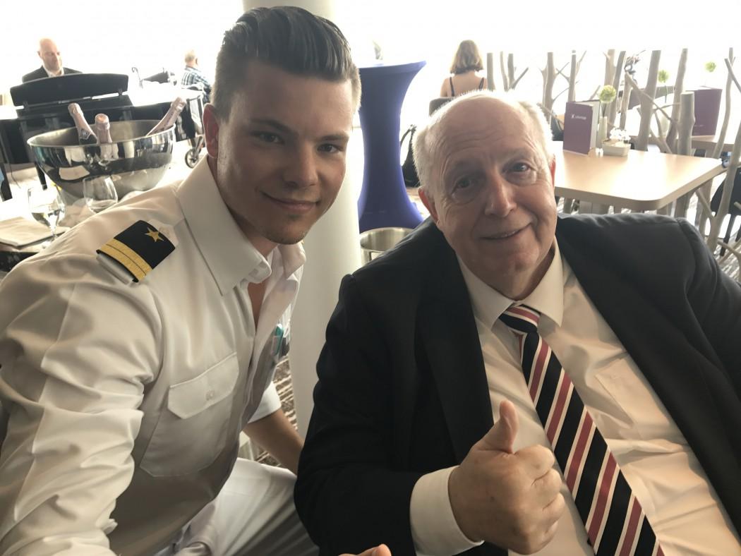Officer Phil mit Mein Schiff Fan Reiner Calmund