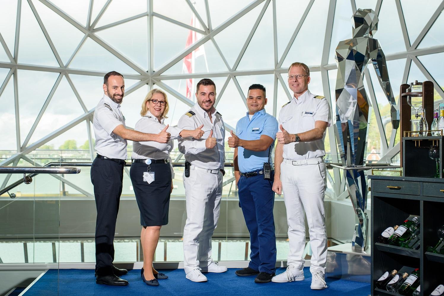 Urlaubsheld Raul De Real mit seinen Vorgesetzten auf der Mein Schiff 3