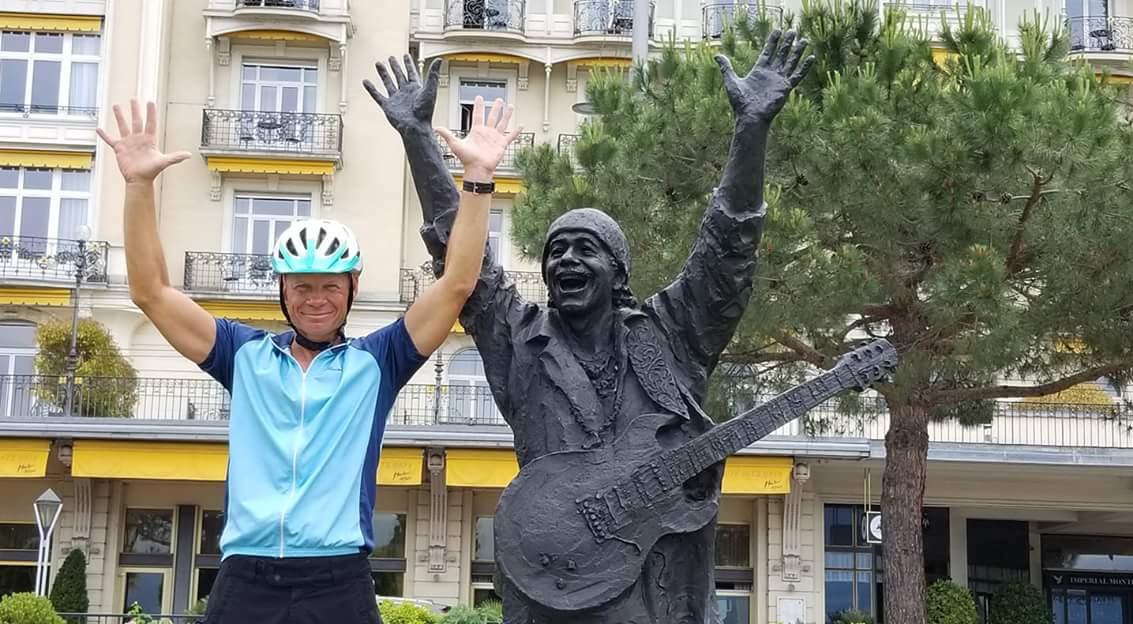 Todd Burgman mit einer Statue von Carlos Santana im Schweizer Monrteaux