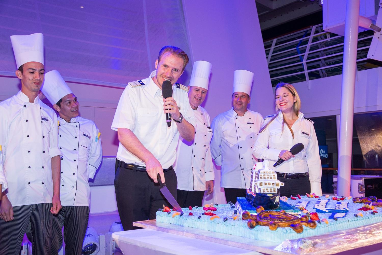 TUI Cruises Kapitän Simon Böttger schneidet die Geburtstagstorte der Mein Schiff 6 an