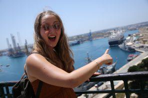 reisereporterIn Carina Doliwa vor der Mein Schiff 2