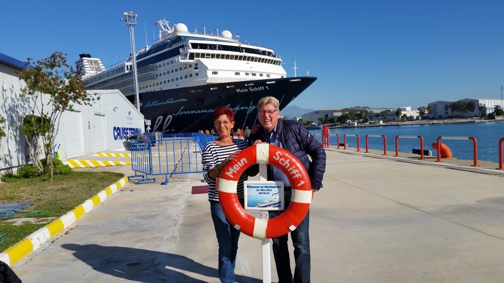 Die Mein Schiff Gäste Vries bei der Einschiffung in Antalya