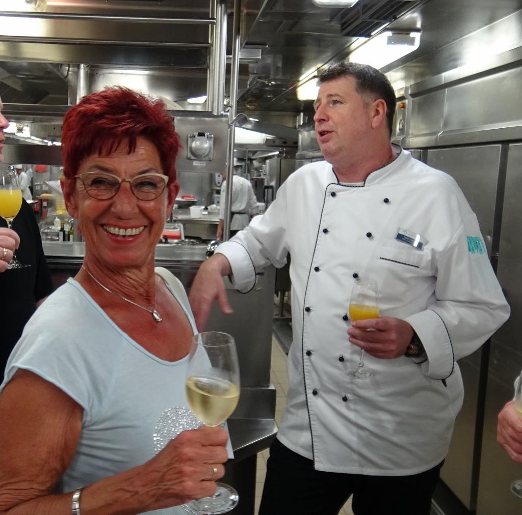 Mein Schiff Gast Doris Vries bei der Küchenbesichtigung auf Mein Schiff 1