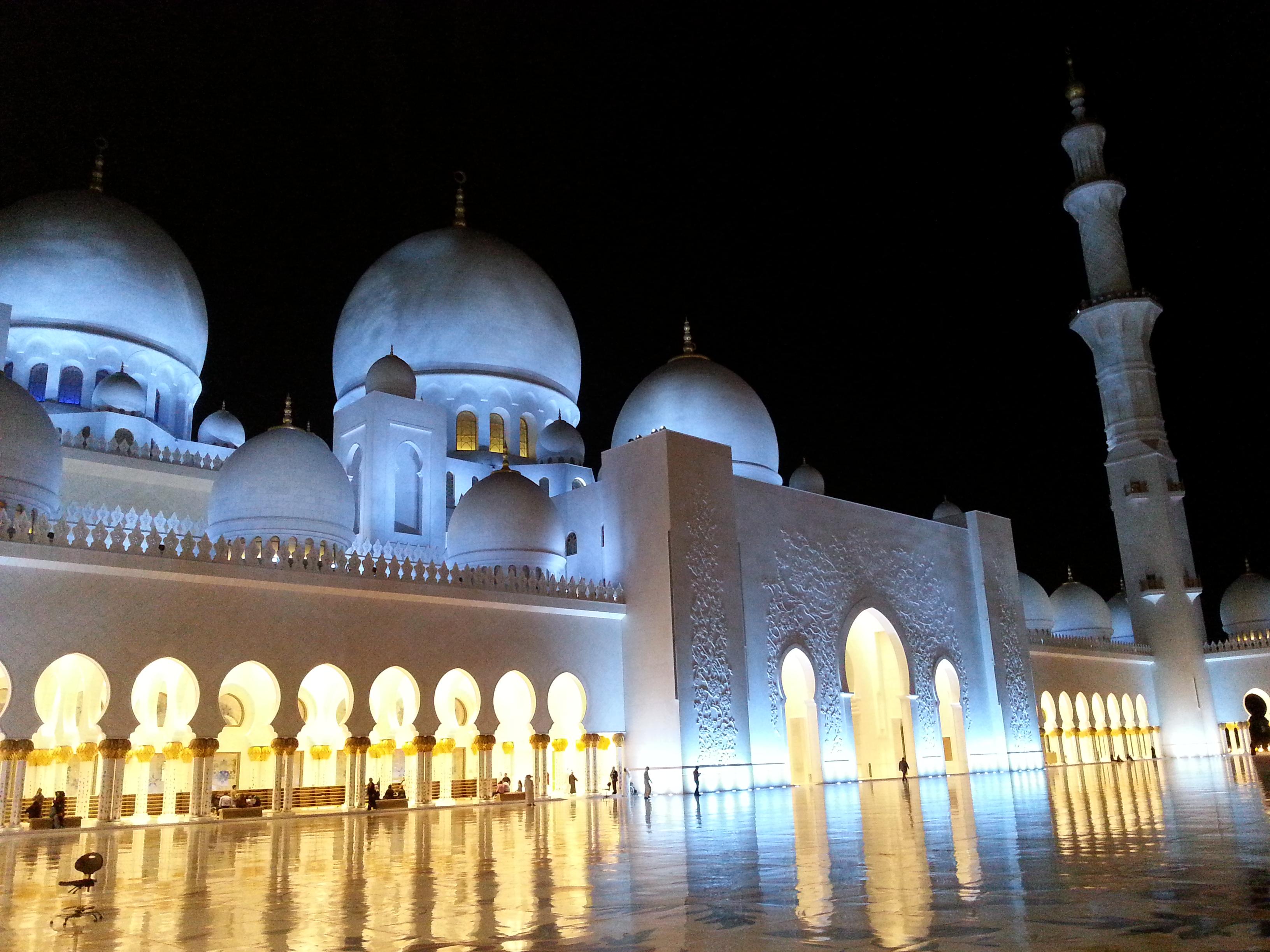 Mein Schiff Ausflugsziel in Abu Dhabi: Die Sheikh Zayed Moschee bei Nacht
