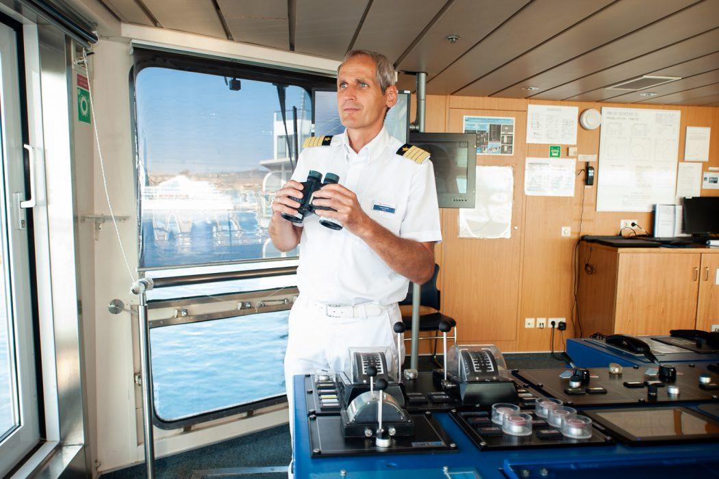 TUI Cruises Kapitän Helge Wrage auf der Brücke der Mein Schiff 2