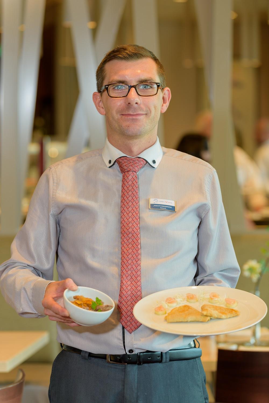 Maksym Mariusz Kwasniewski: Junior Steward im Restaurant Hanami By Tim Raue auf der Mein Schiff Flotte