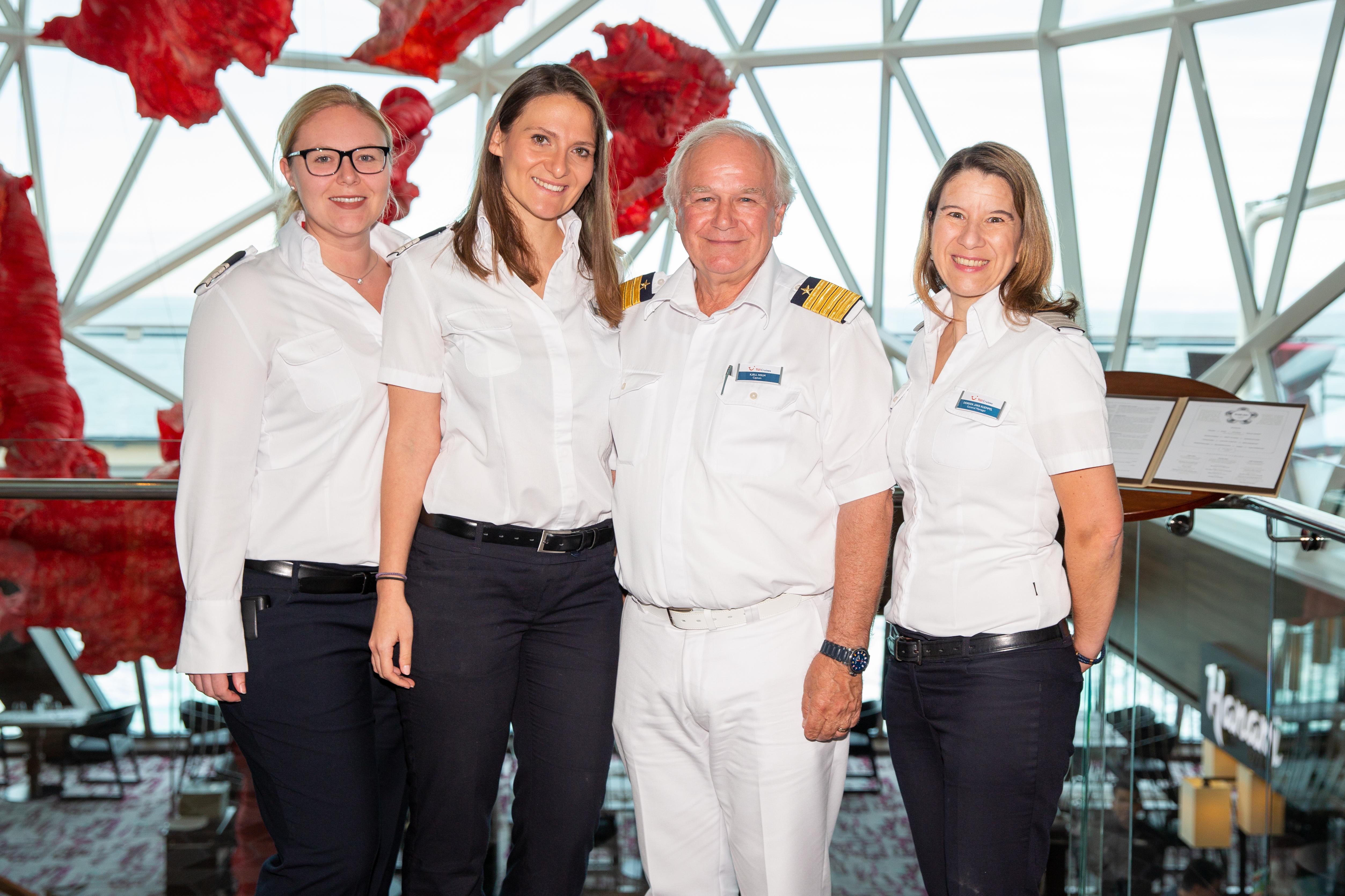 Mein Schiff Urlaubsheldin Danijela Musinovic mit ihren Vorgesetzten