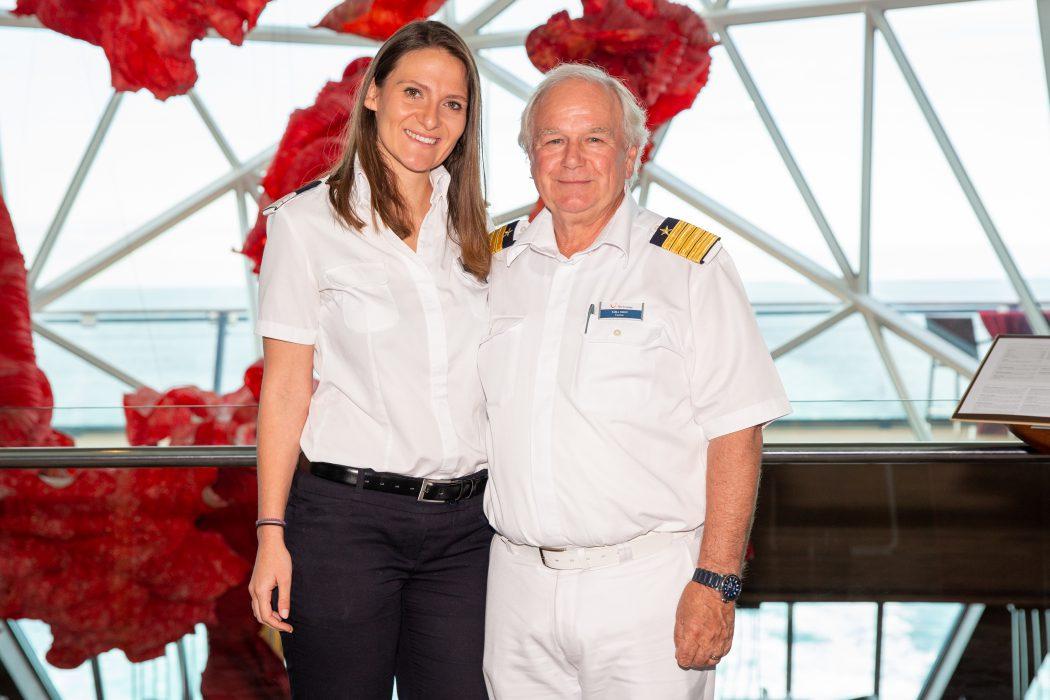 Mein Schiff Urlaubsheldin Danijela Musinovic mit Kapitän Kjell Holm