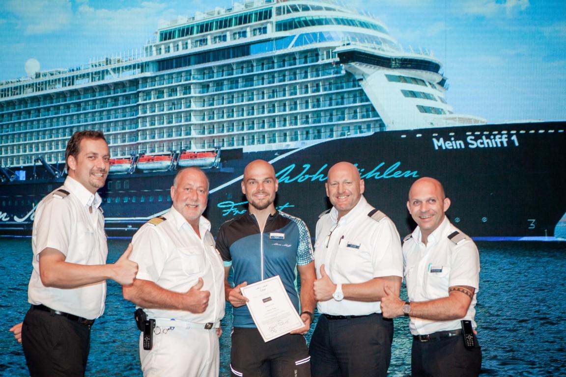 Mein Schiff Urlaubsheld Martin Paap mit seinen Vorgesetzten