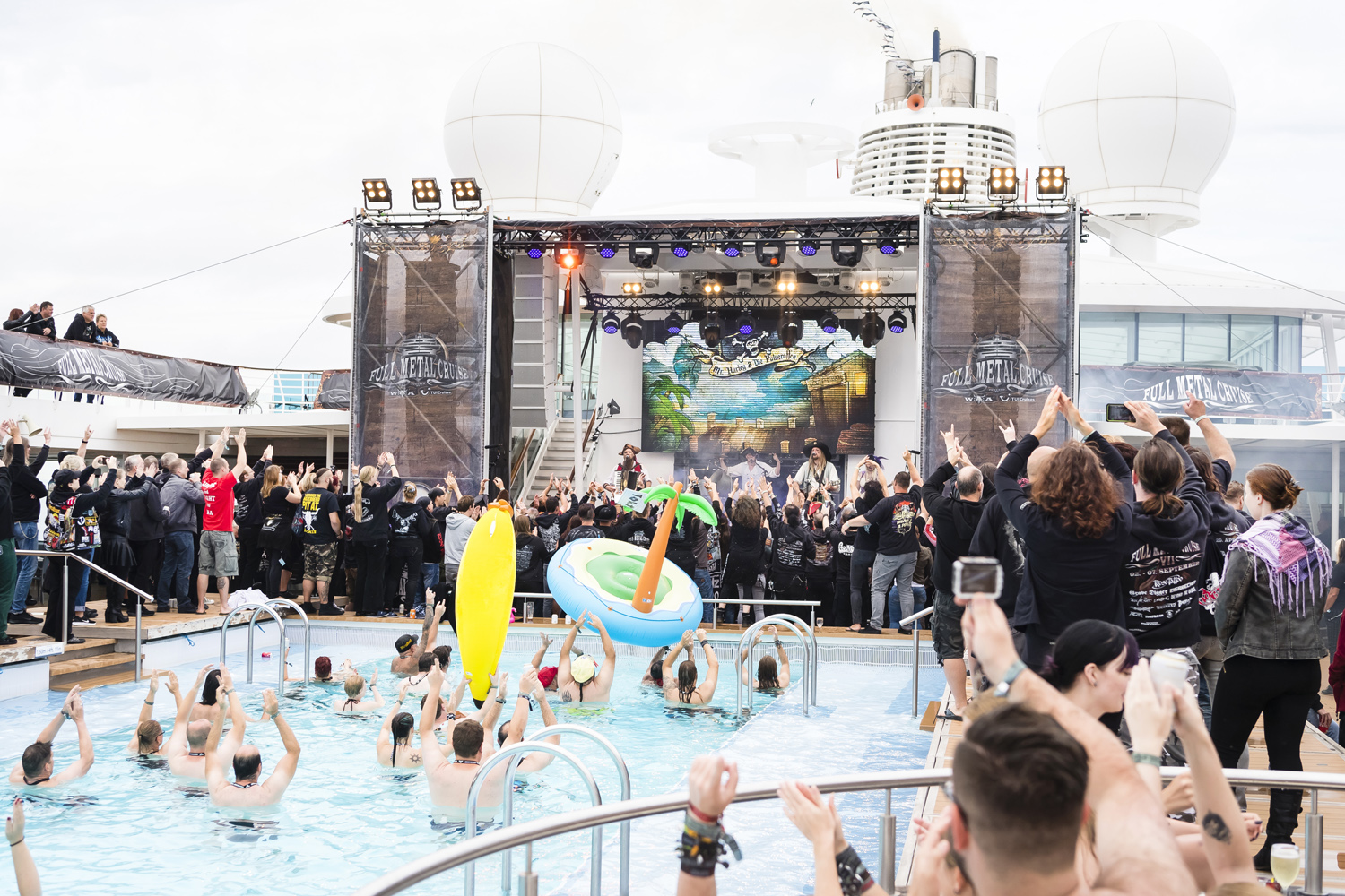 Metal Party auf dem Pooldeck der Mein Schiff 3 bei der Full Metal Cruise