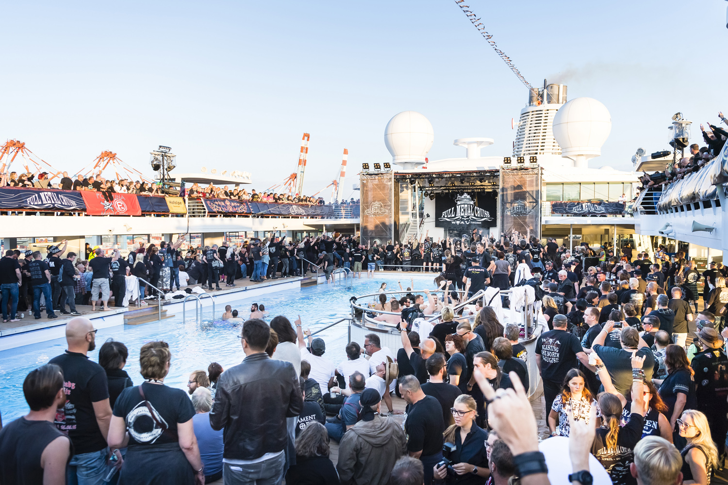 Party am Pool bei der Full Metal Cruise von TUI Cruises