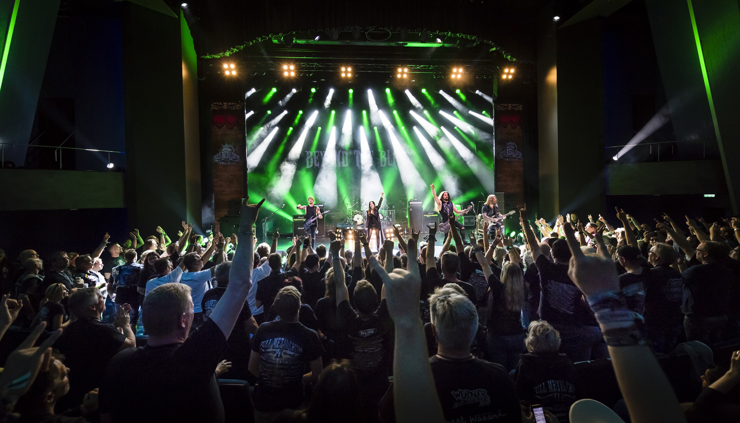 Metalheads in Extase bei der Full Metal Cruise von TUI Cruises