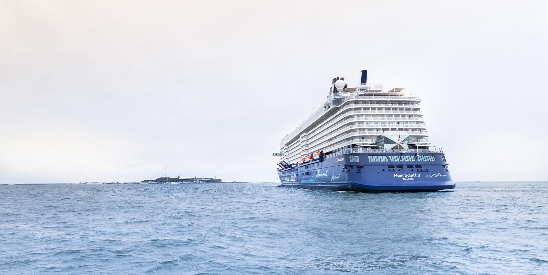Die Mein Schiff 3 vor der Insel Helgoland