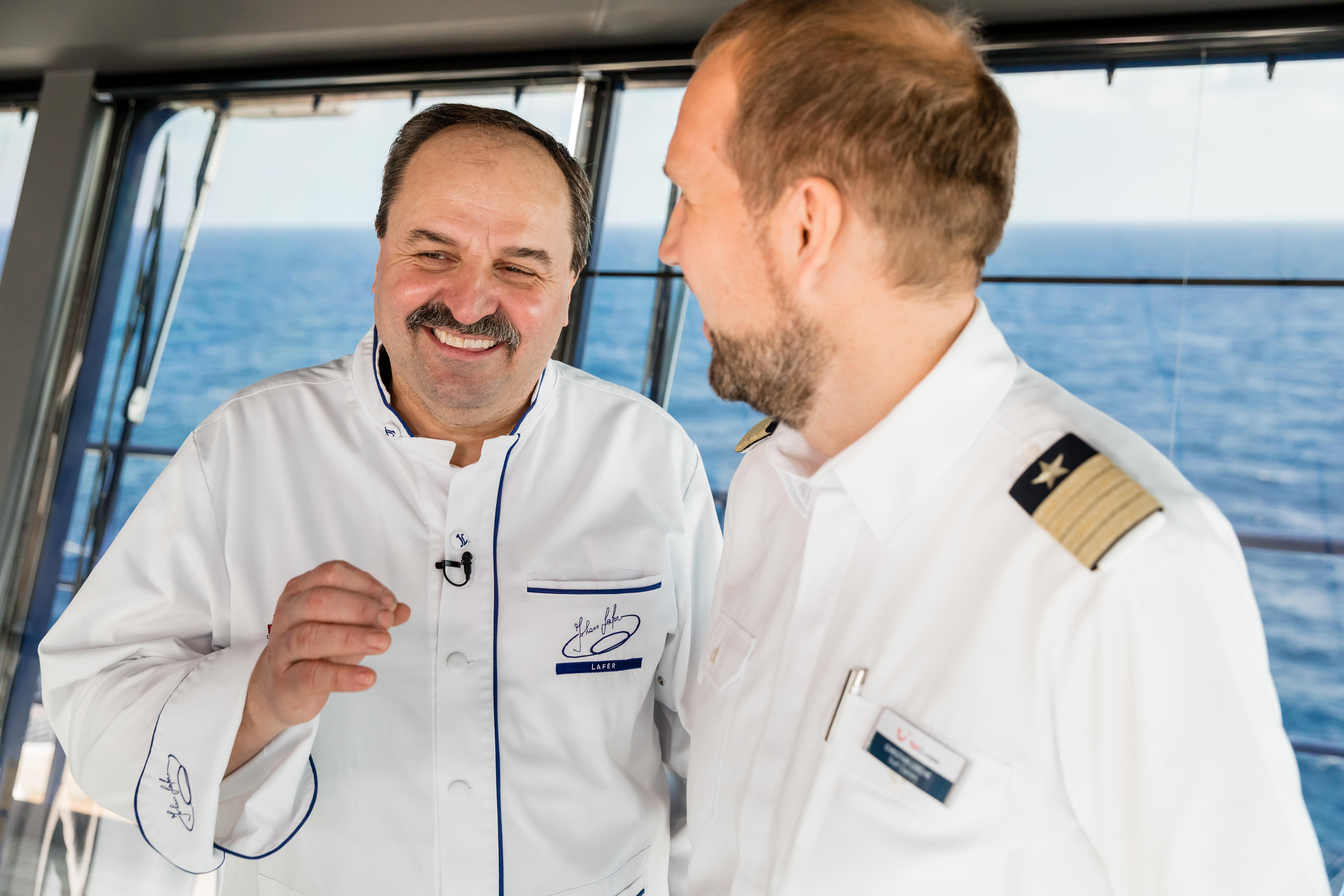 Sternekoch Johann Lafer im Gespräch mit einem TUI Cruises Staff Kapitän
