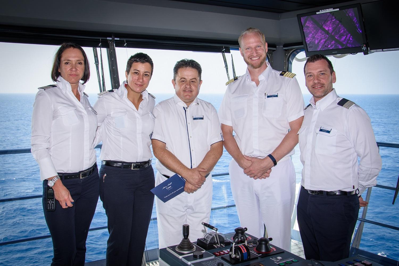 Mein Schiff Urlaubsheld im August 2018: Bar Steward Ali Koroglu mit seinen Vorgesetzten