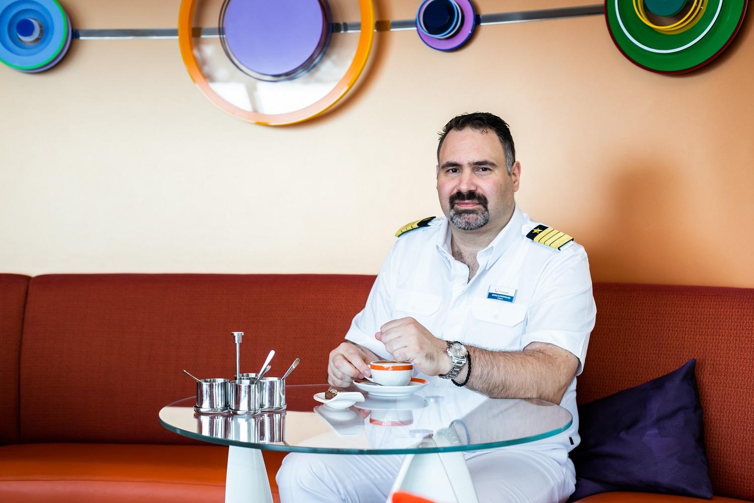 Hier ist Kapitän Alevropoulos besonders gern: Die Cafe Lounge auf der Mein Schiff 3