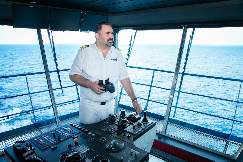 George Alevropoulos, Kapitän der Mein Schiff Flotte von TUI Cruises an seinem Arbeitsplatz