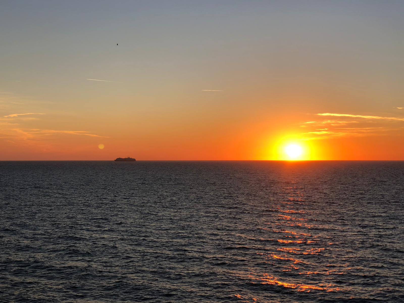 So geht Kreuzfahrt: Sonnenuntergang auf der Mein Schiff 5