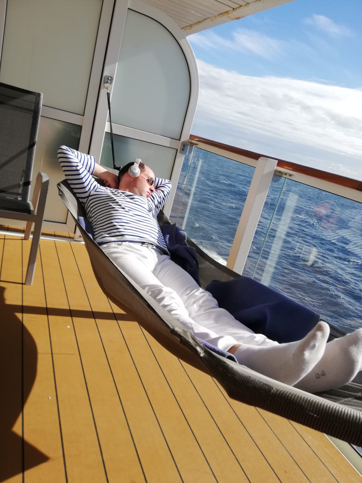 Mein Schiff Blog Gastautor Tobias Fink geniesst die Hängematte auf seinem Balkon
