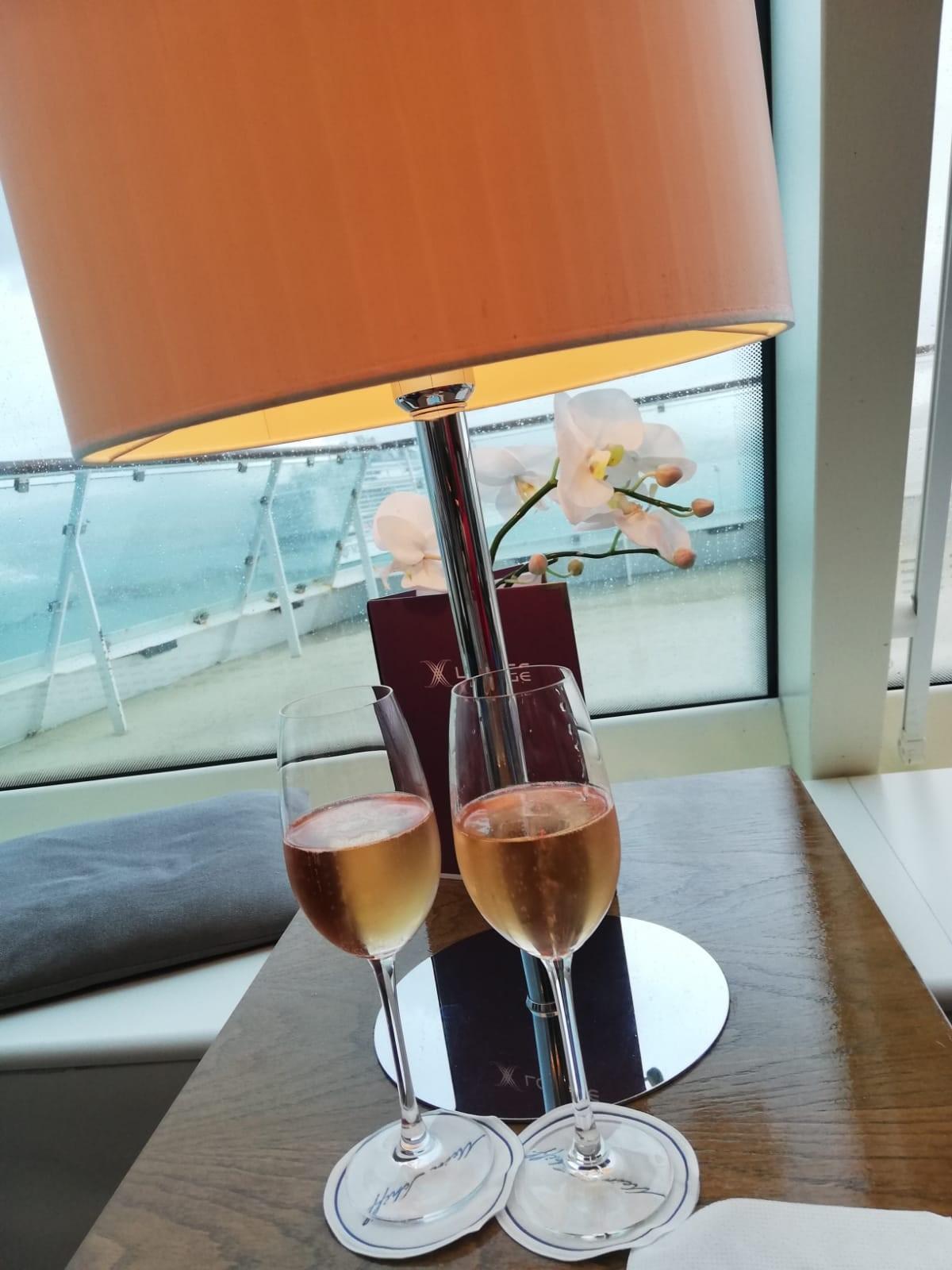 Leckerer Champagner in der Mein Schiff X Lounge